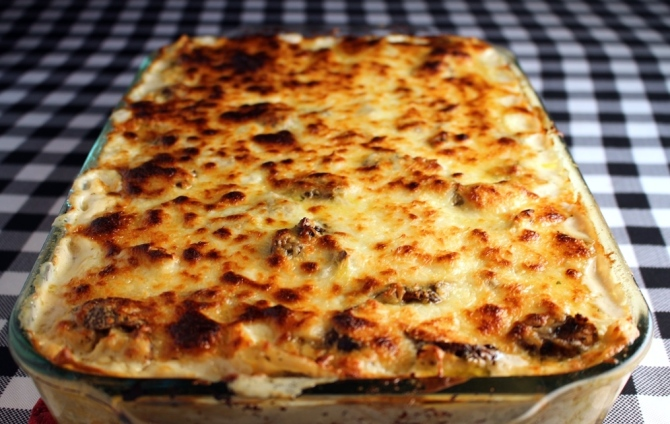 The most decadent lasagna you will ever have. Stuffed with chicken, mushrooms, sun dried tomatoes, pesto, and a ton of cheese! Swoon worthy! Small Town Girl Blog.